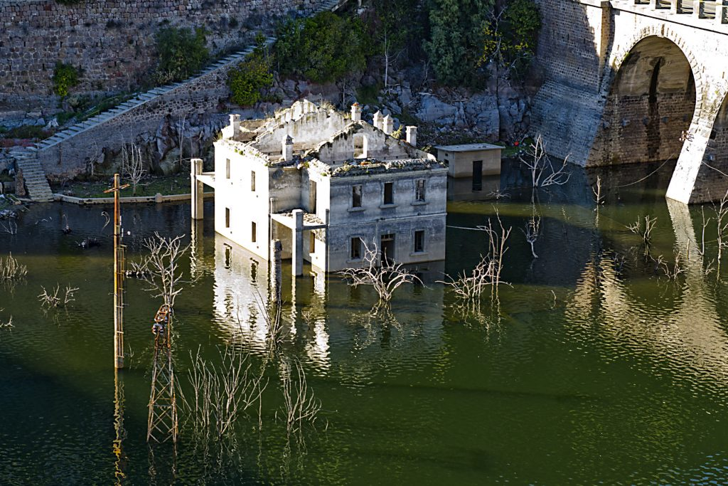 ancient-ruins-flooded-by-water-1622023