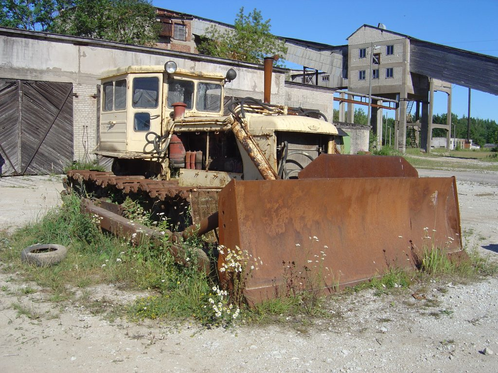old-bulldozer-1441562-1024x768